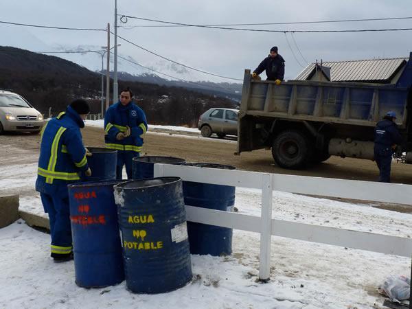 Reparten agua en tambores contaminados cronicas fueguinas for Tambores para agua potable
