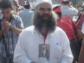 صورة متظاهر  متواجد بالتحرير مؤيدا لمحمد مرسي ضد الاعلان الدستوري المكمل  وهو يحمل صورة ابن لادن حول عنقه