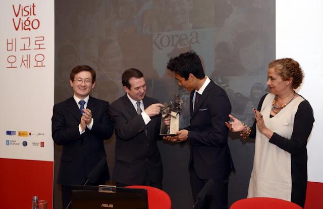 Park Chu-young recibe estatuilla de Vigo de manos de Abel Caballero