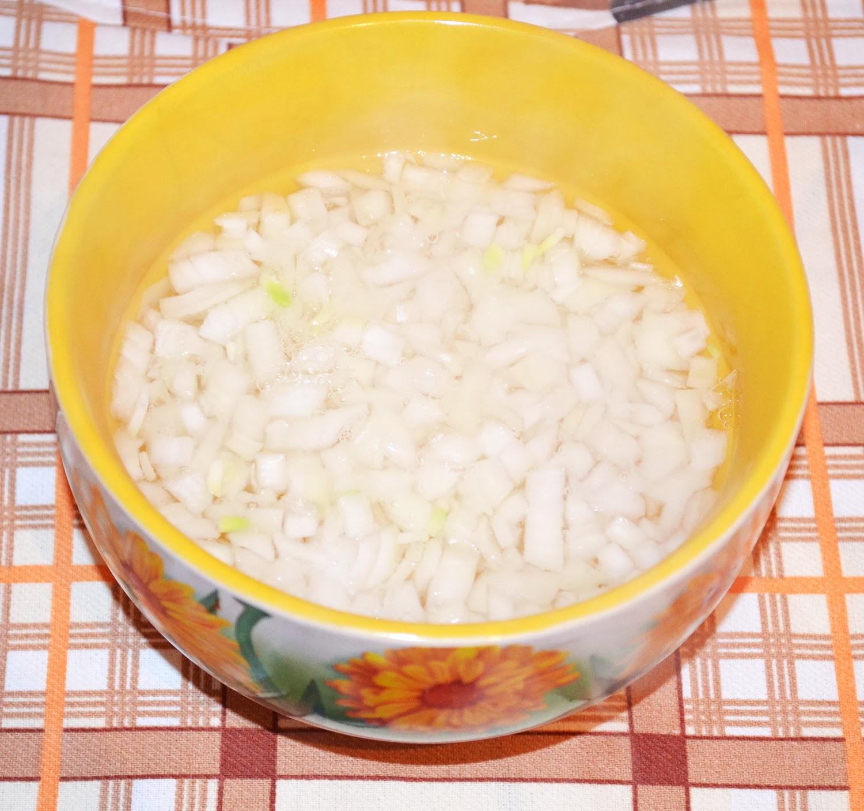 Салат с кальмарами: лук залить кипятком
