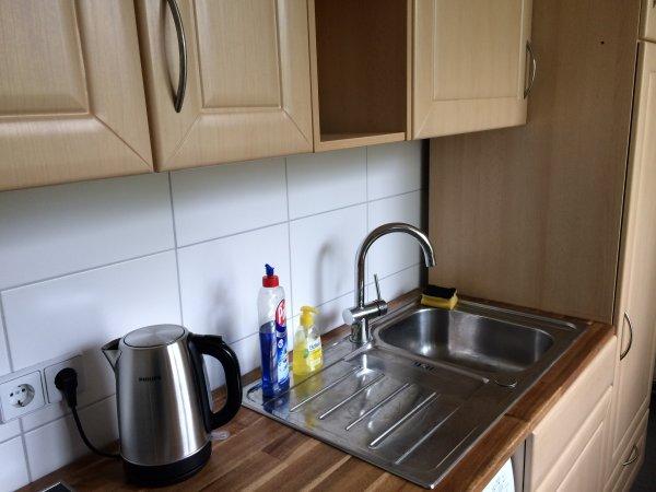 Küche mit Oberschränken und neuer Spüle