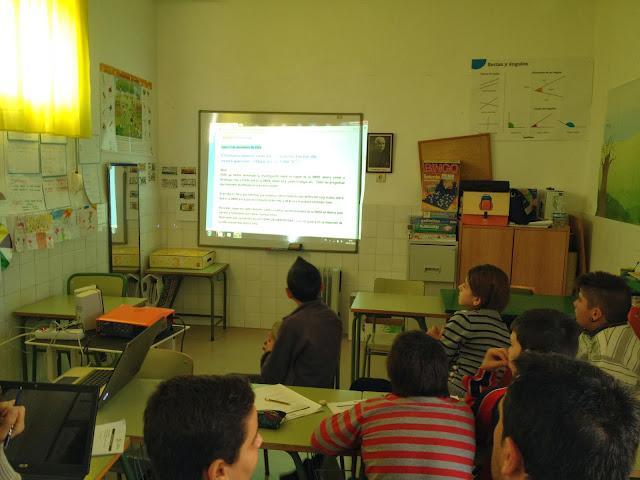 Los alumnos miran en una pantalla con retroproyector el blog del proyecto