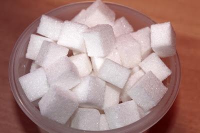 Gula dalam bentuk kiub yang dicampur ke dalam minuman teh dan kopi