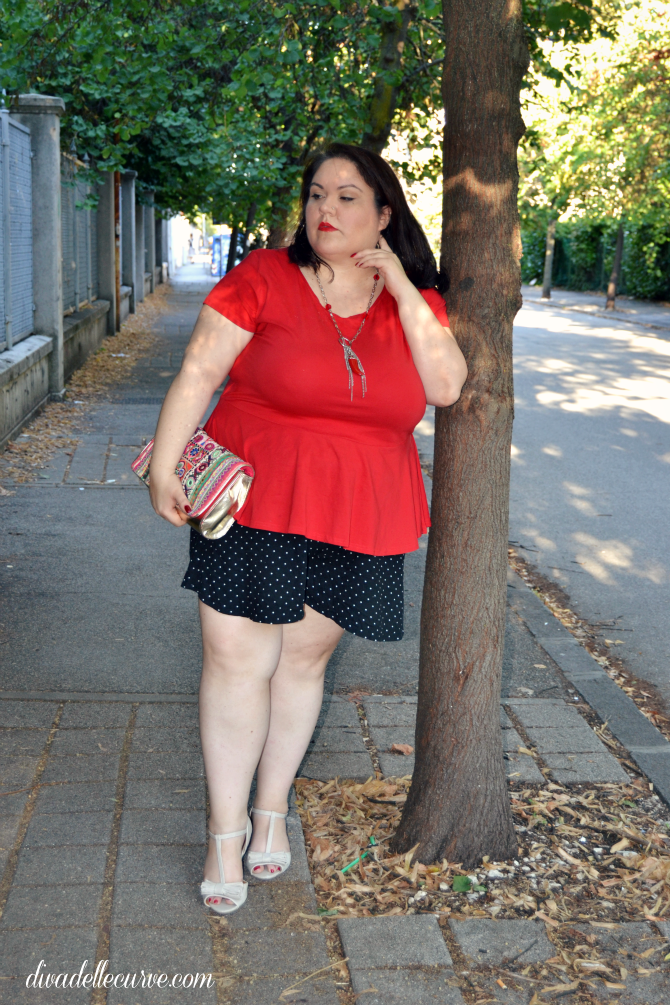 plus size outfit con shorts a pois e top rosso con baschina