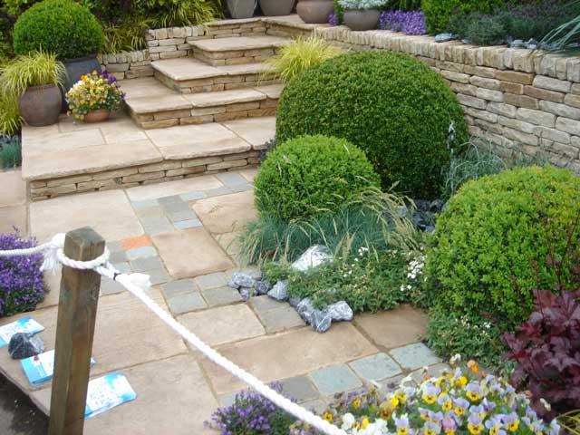 Idee e soluzioni aiuole terrazzi e giardini casa - Giardini case moderne ...