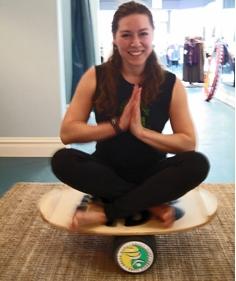 Bersila imbang - yoga style diatas papan keseimbangan indo board