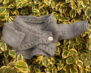 """alt=""""Baby Bolero, Knitting, free pattern, cables, tricot, casaquinho de bebé, instruções passo a passo, torcidos"""""""