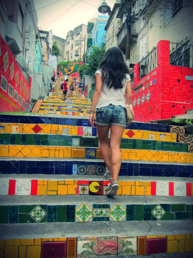 escadaria selaron, santa teresa, lapa, rio de janeiro, streetstyle, bimba&lola bag, tenis santa lolla