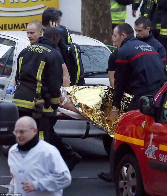 Bombeiros franceses levam um ferido em Montrouge.