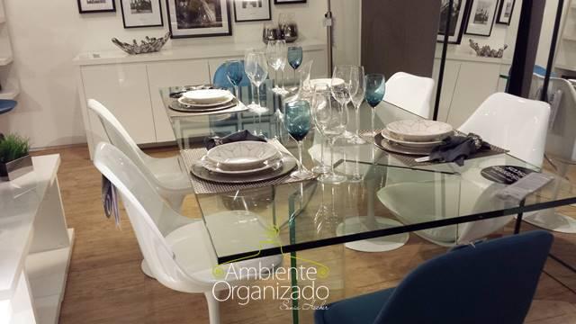 Mesa de jantar de vidro com cadeiras brancas e azuis Tok & Stok