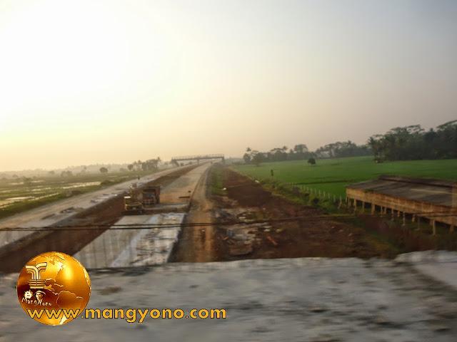 FOTO : Jembatan perlintasan tol di Kp. Balingbing sebelah kiri belum ada pagar.