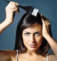 mulher pintando os cabelos