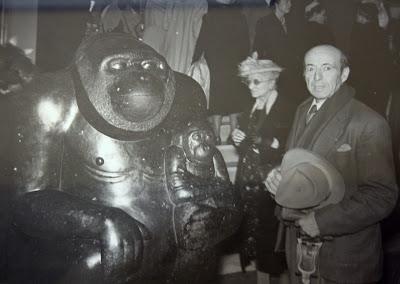 Imagen de el escultor mateo hernandez junto a una de sus obras, Maternidad