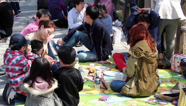 Coreanos haciendo picnic en la montaña Namsan