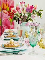 Великденска украса за маса с цветя и златни яйца