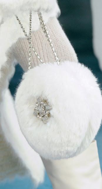 Desejo do dia - Bolsa de pêlo e brilhantes da Chanel acessórios malas