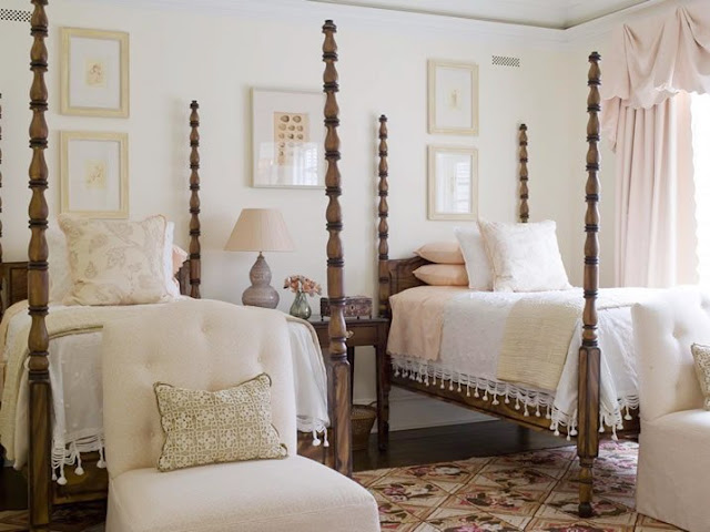 Bedroom with two four poster twin beds