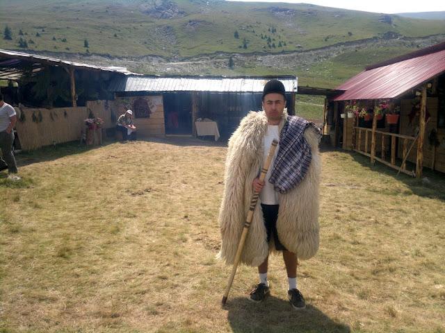 Maseur la evenimentul Depăşeşte-ţi Limitele, ediţia a 2-a, desfăşurat pe Transalpina. O excursie frumoasă la munte. Masaj sportiv de recuperare după efort, terapeutic, de relaxare. Cioban
