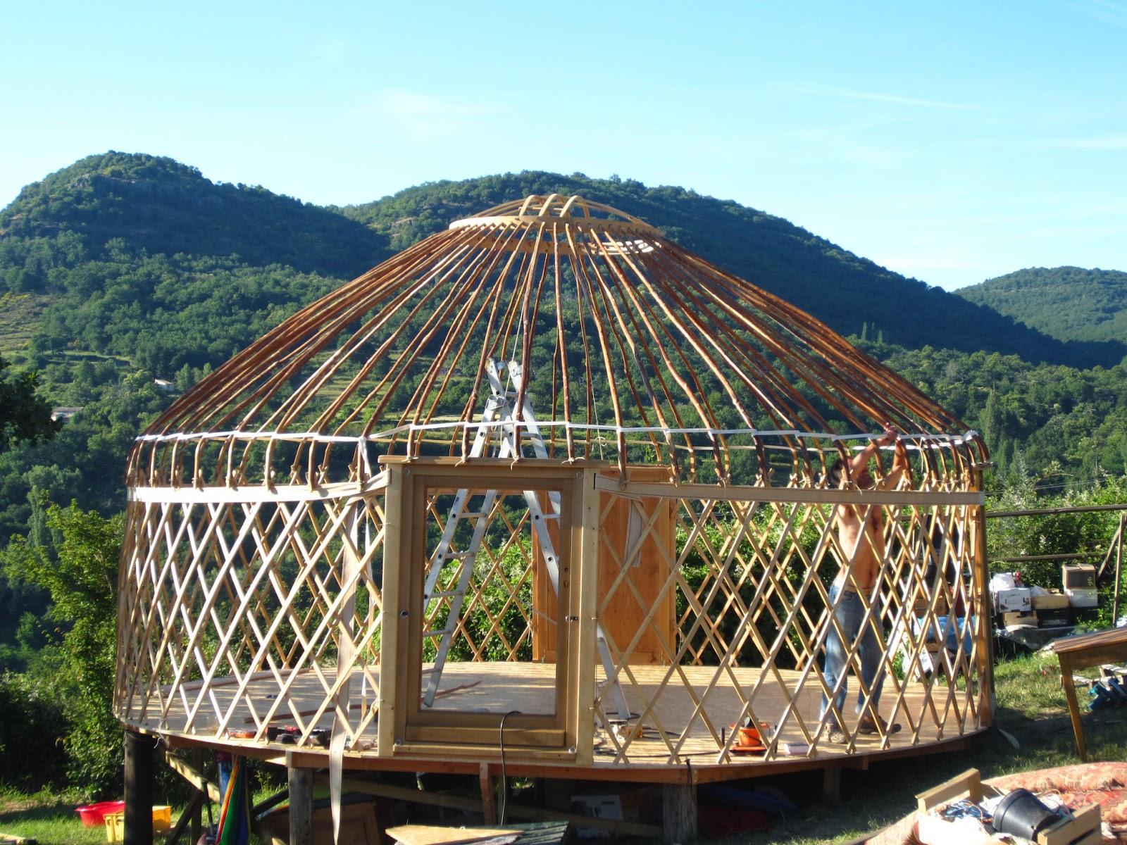 L 39 atelier des coureurs des bois tente en bois darbres for Maison dome en bois