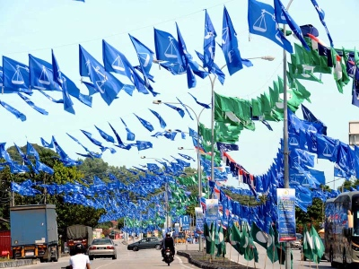 Perang bendera sememangnya lumrah dalam kancah PRU di Malaysia. - Foto Bernama.