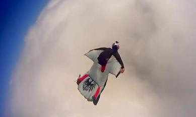 hombre volando con traje especial con alas