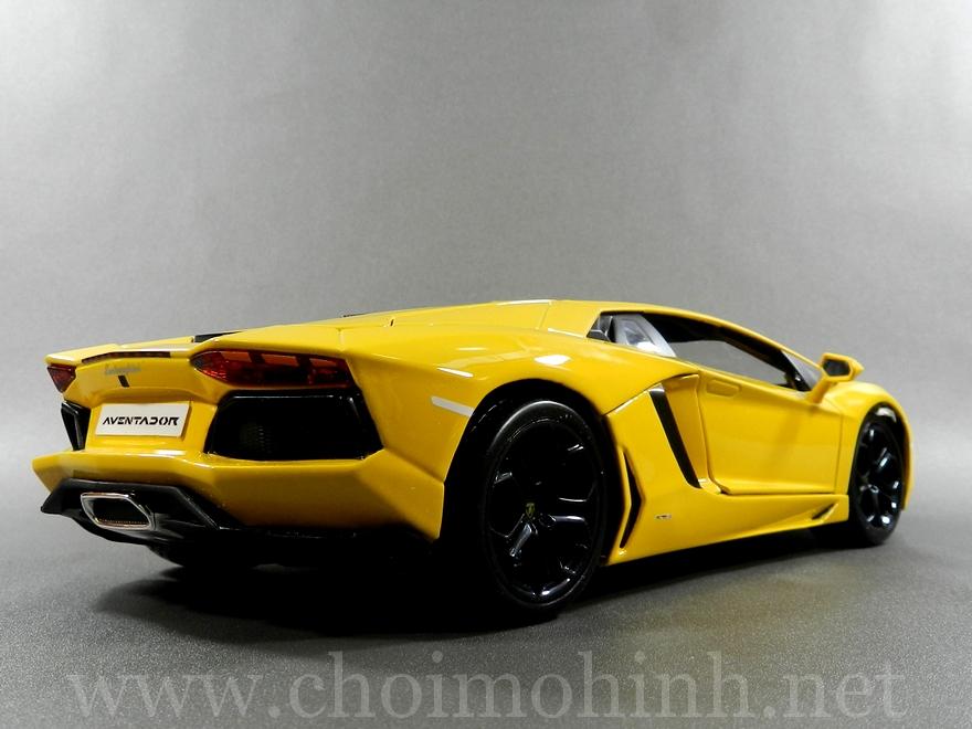 Lamborghini Aventador 1:18 bBurago Yellow back
