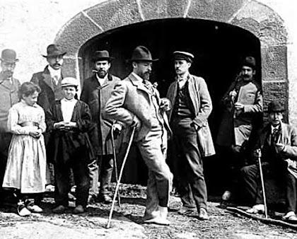 La Figuera el 1902, amb Rusiñol davant i Casas al darrere, també amb un bastó. Diari Avui