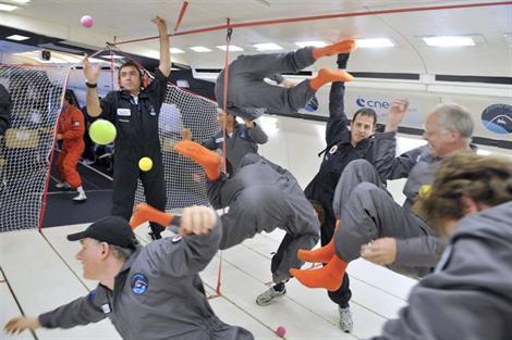 BEBERAPA penumpang gembira semasa mereka membuat pelbagai pergerakan ketika terapung.