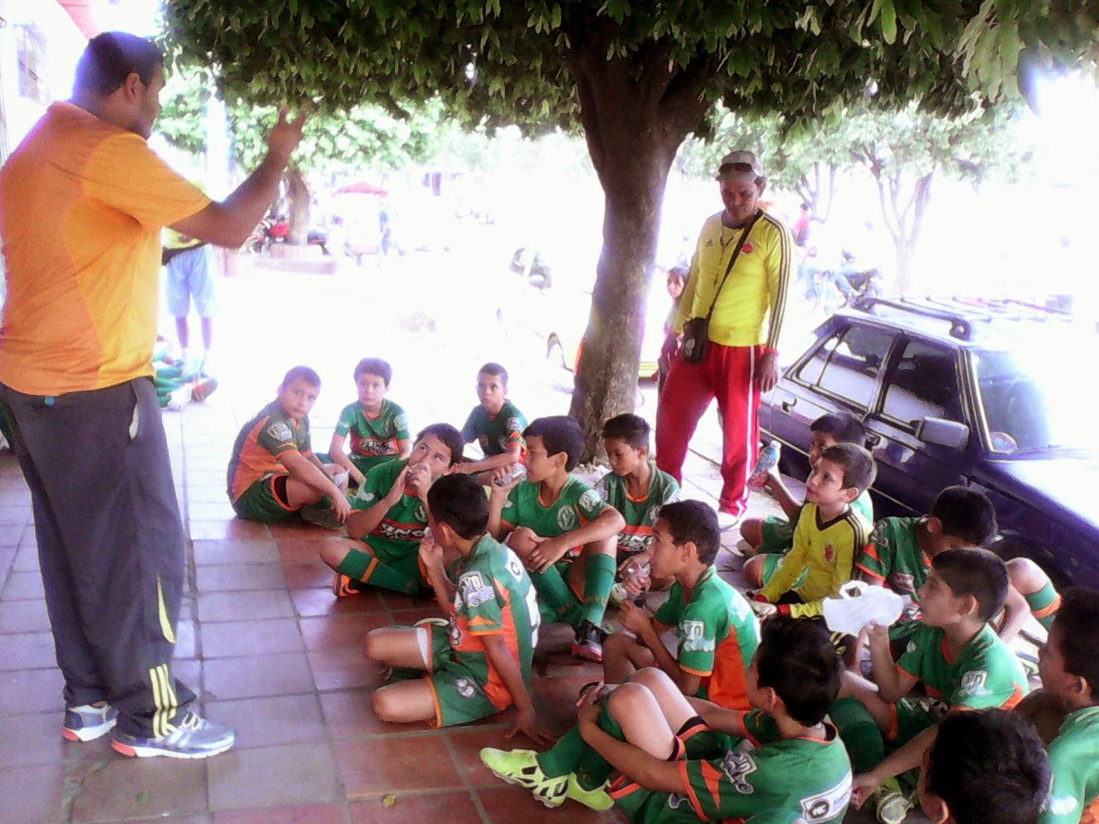 La orientación técnica después del primer tiempo del encuentro en cancha Rojinegro Foto Félix Contreras de ATALAYA Y SU GENTE OngAE