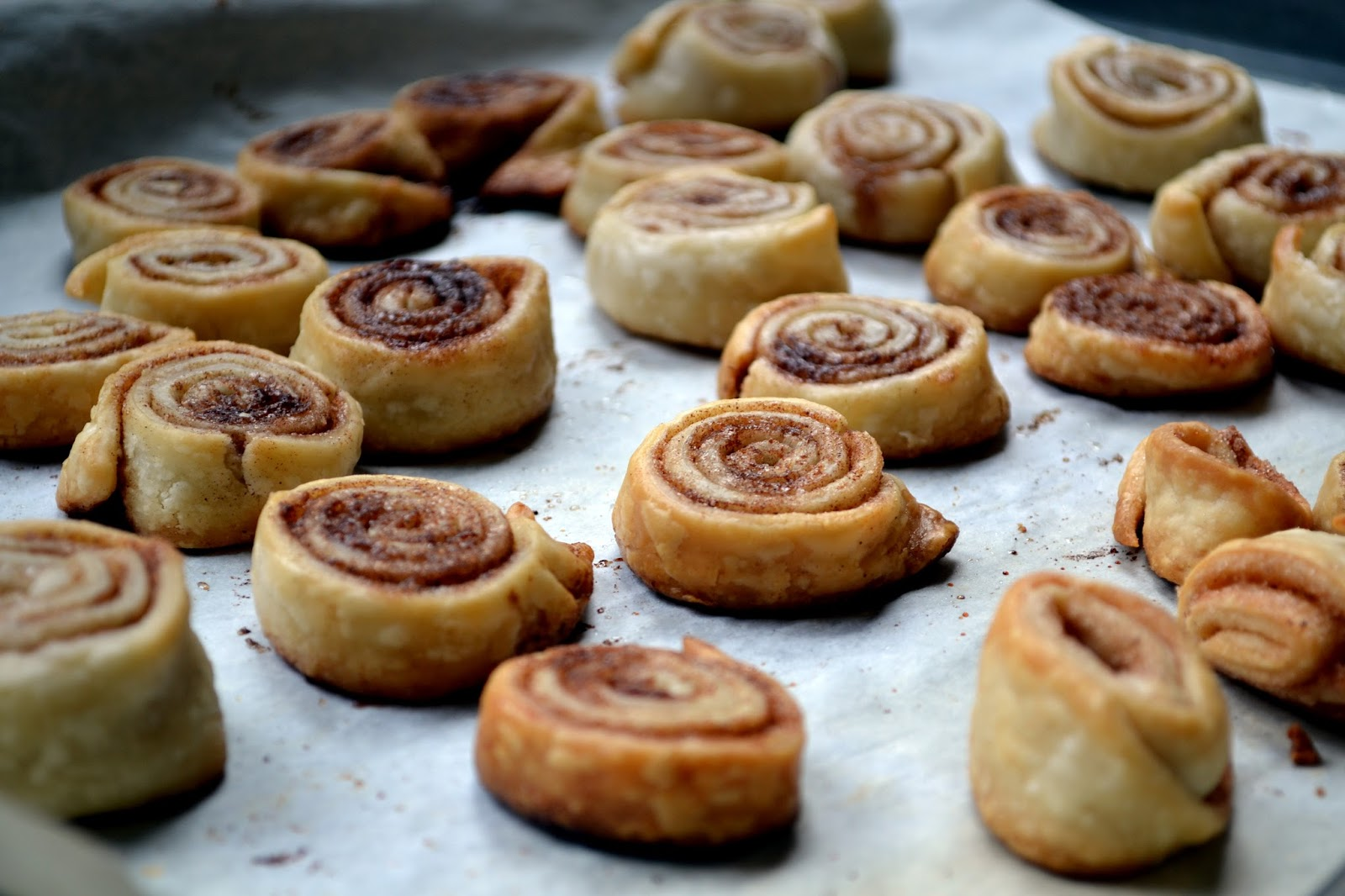 Hardly Housewives: Cinnamon Roll Cookies