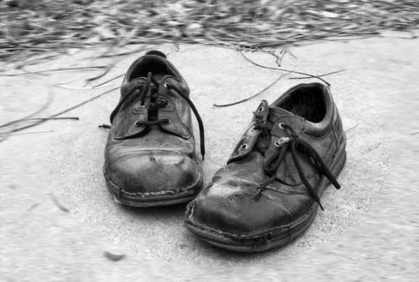 Vectores y fotos en stock de zapatos rotos, aislados sobre  - imagenes de zapatos rotos