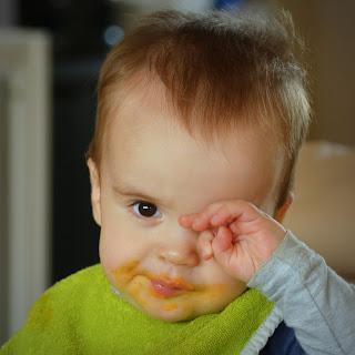 Kind reibt sich das Auge