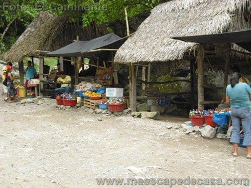 Puestos de comida y bebida a orillas del río Tioyacu (Rioja, Perú)