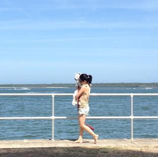 K carries Gatsby along beach