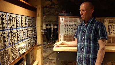 El músico británico Vince Clarke en su estudio de Brooklyn con los sintetizadores modulares E-mu y ARP 2500 tal y como aparece en el documental I Dream Of Wires