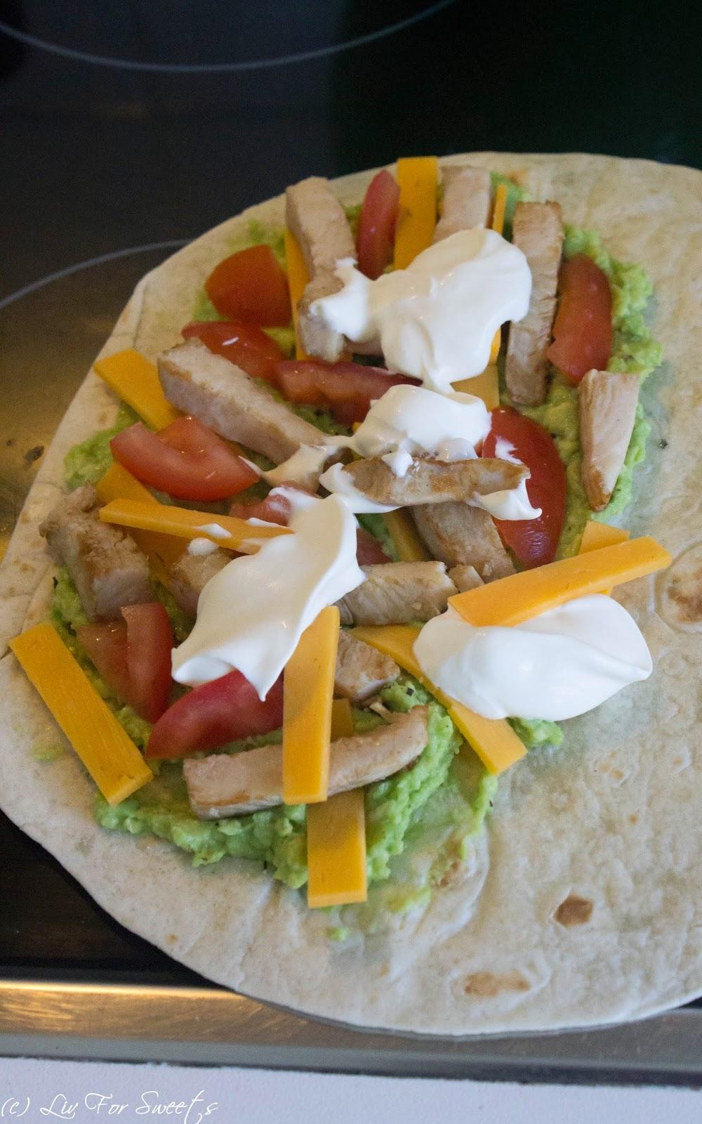 Tortilla, Avocado, Cheddar, Hähnchenstreifen, Creme Fraiche, Tomate, Quesadilla