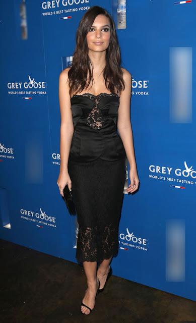 Emily Ratajkowski khoe dáng trong thiết kế ren ôm thân tới bữa tiệc Grammy 2015.