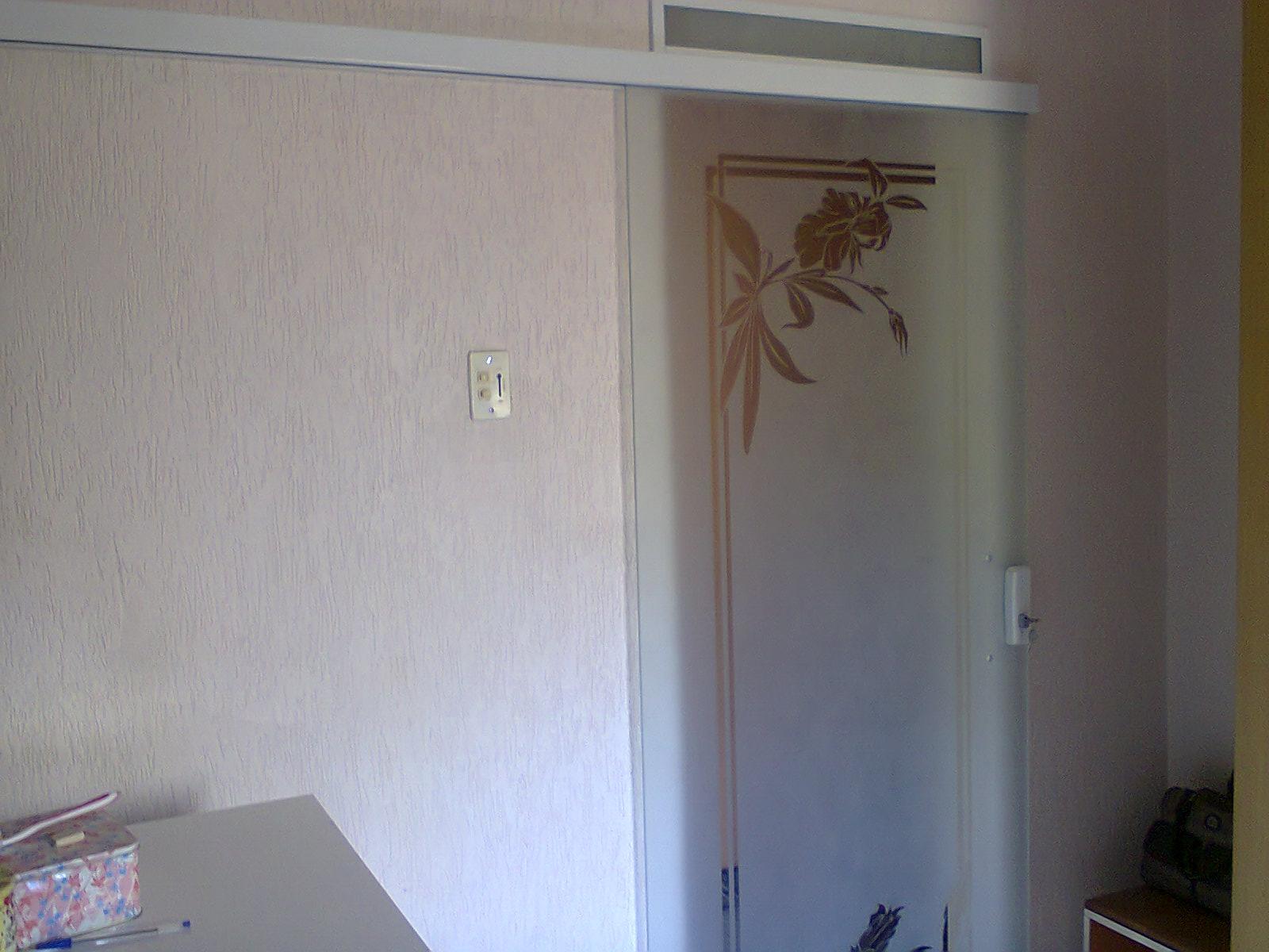 Porta de correr decorada em vidro jateado #465E85 1600 1200