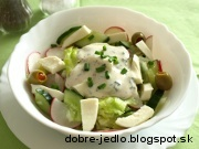 Jarný šalát s cibuľkou a syrom - recept