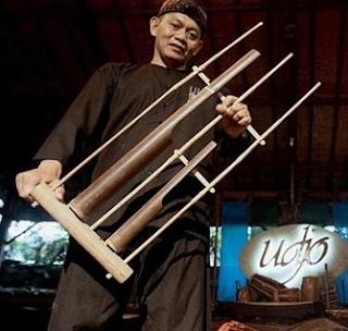 Siapa yang tak kenal Udjo Ngalagena tokoh angklung terkenal itu?