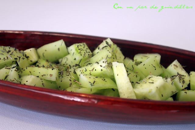 Ensalada de pepino con hierbabuena, pepino y aroma de azahar