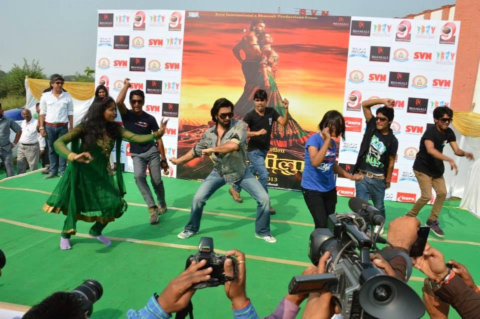 http://2.bp.blogspot.com/-vQP8zofL5ME/UnTQBSCP9cI/AAAAAAABk20/mq_4v62ylgE/s1600/Ranveer+Sing+Promoting+Ram-Leela+at+SVN+college%252C+Lucknow++%25289%2529.jpg