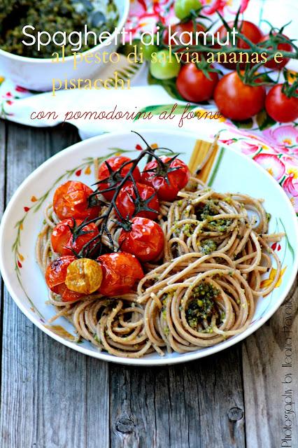 spaghetti di kamut con pesto di salvia ananas e pistacchi con pomodorini al forno