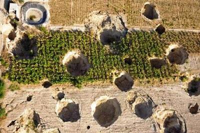 حفر ظهرت بشكل مفاجئ في مزارع مُحيطة بالبحر الميت