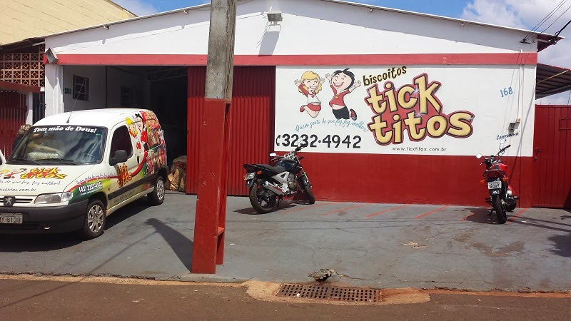 Aqui tem uma foto da fachada da fábrica de biscoitos Tick Titos
