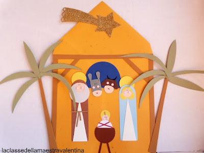 Jesún, María y José creados en cartulina y colocados sobre un sobre naranja que es el portal.
