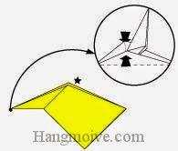 Bước 13: Cầm đầu tờ giấy gấp và kéo lên trên. Làm móp hai cạnh giấy vào trong.