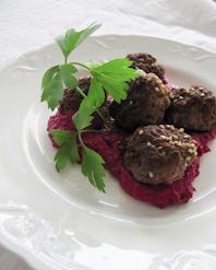 Punajuurihummusta ja inkivääri-lihapullia