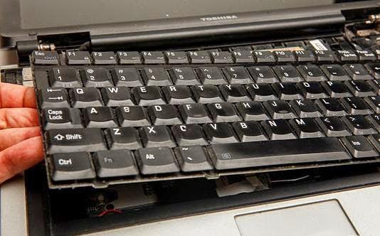 lepas dan angkat keyboard agar mudah dibersihkan