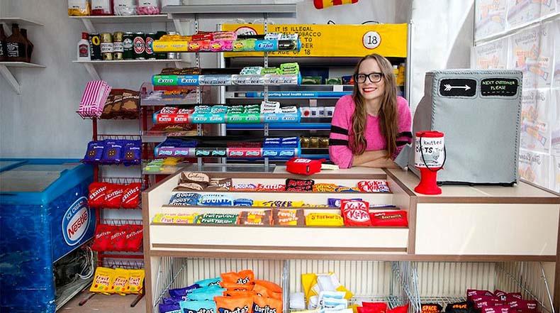 Artista rellena cada rincón de tienda con 4.000 productos de fieltro cosido a mano